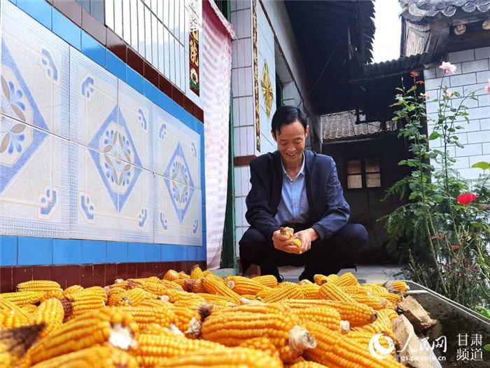 没有了繁琐小事,刘成平清闲地剥着玉米。(高翔 摄)没有了繁琐小事,刘成平清闲地剥着玉米。(高翔 摄)