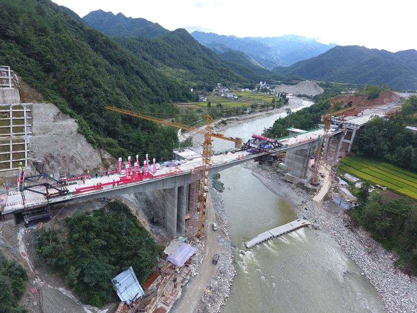 四川广平高速项目青竹江2号大桥贯通图片