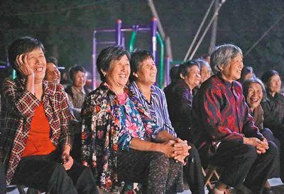 日前,山东临沂市青年柳琴剧团在沂南县青驼镇冯家湖村演柳琴戏,受到村民们的热烈迎接。杜昱葆摄(人民视觉)