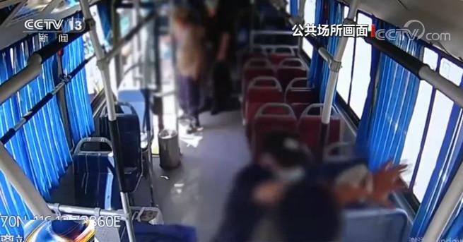 公交上男子持刀伤人 司乘果断处理受表彰图片