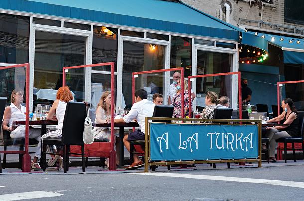 纽约市长宣布该市将全年实行户外用餐计划