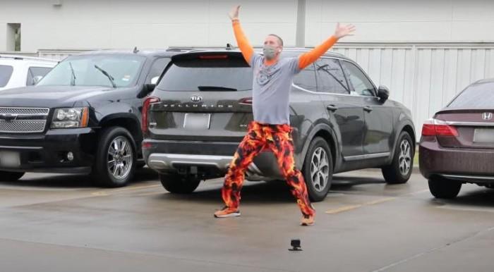 德克萨斯州一位父亲在医院窗外表演搞笑舞蹈 为患病儿子加油打气