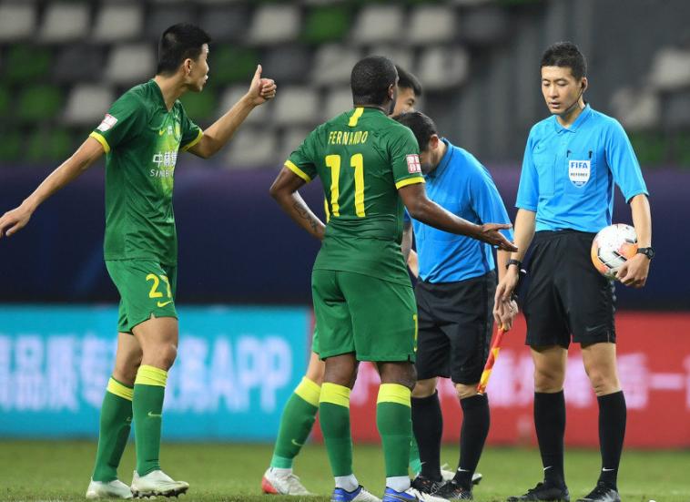 一图流:国安球员王刚赛后向裁判张雷竖大拇指