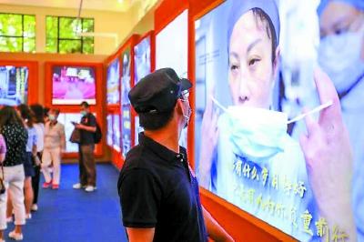 """""""我们众志成城""""上海防控新冠肺炎疫情主题展吸引近10万人参观这些瞬间让""""最美逆行者""""热泪盈眶"""