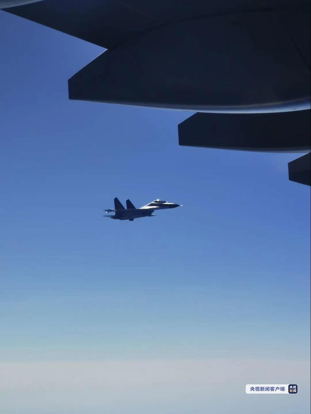 2架歼-11B战机护航伴飞 运-20降落在沈阳桃仙国际机场图片