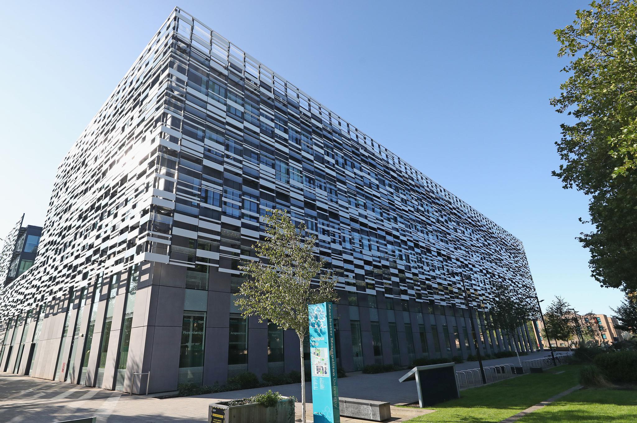 校内确诊127例后 英国一大学1700名学生被隔离两周