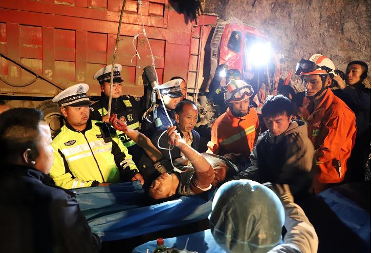贵州丹寨:多部门协作救助被困驾驶员图片