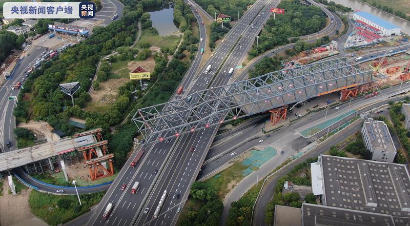 总重约4800吨!沪宁高速上空全国最大钢桁梁拖拉成功图片
