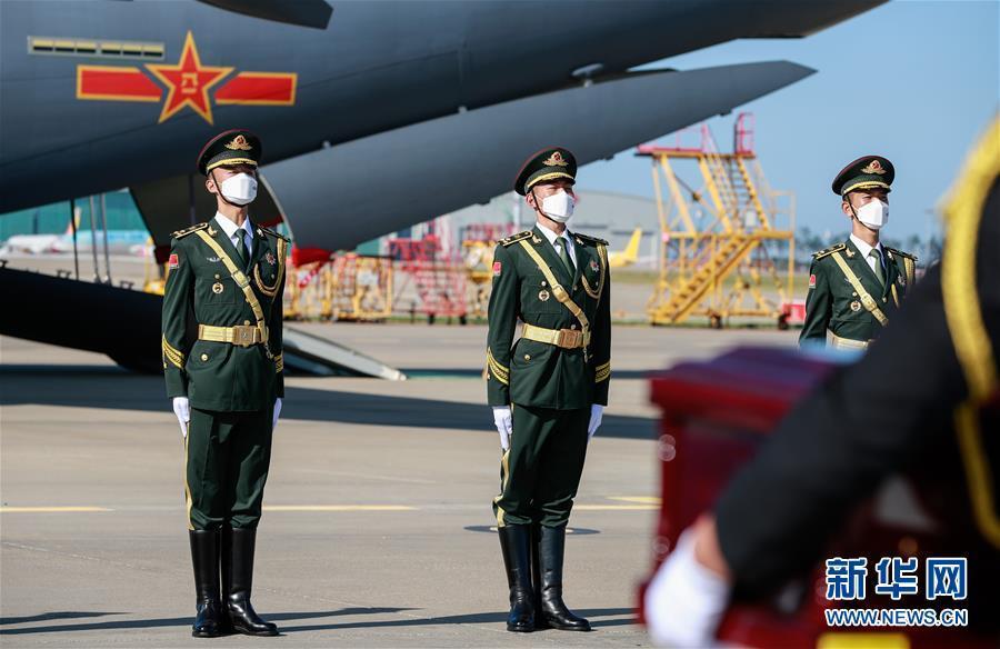 中韩双方交接第七批117位在韩中国人民志愿军烈士遗骸图片