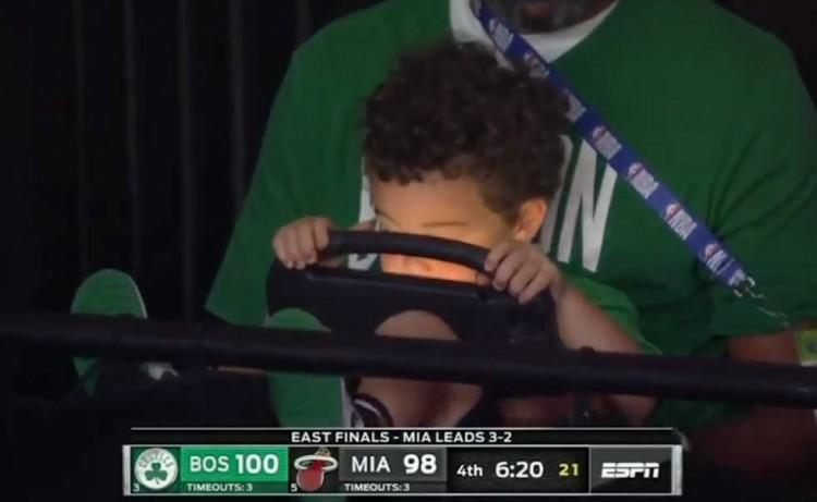 不Care~!今日比赛关键时刻 塔图姆儿子Deuce紧盯平板电脑