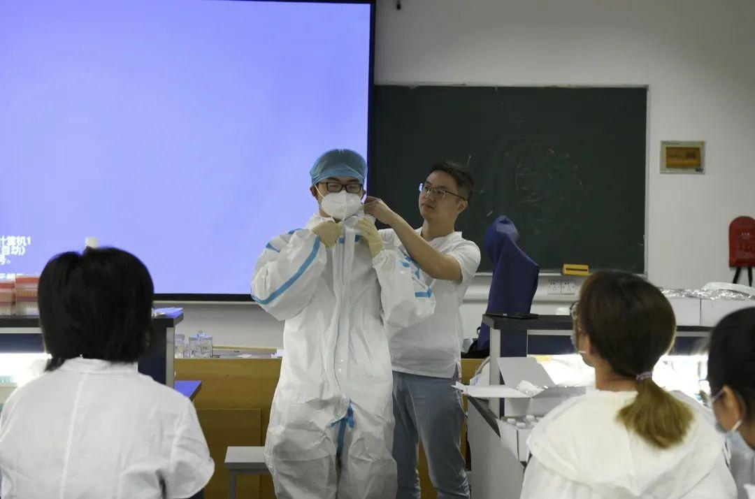 高度防护、模拟实战!东大医学生挑战新冠病毒检测实验图片