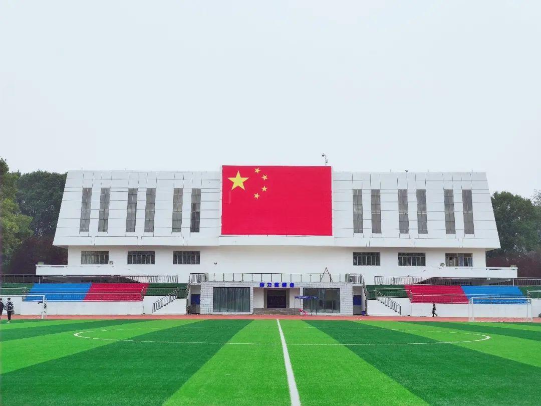喜迎国庆!巨幅国旗亮相校园,快来拍照打卡
