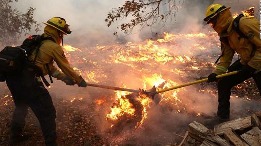 美国加州山火持续 上千居民面临撤离
