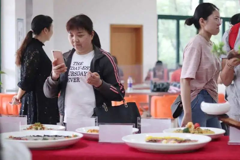 """精美菜品,定制月饼!中南大学食堂超暖心策划来袭!让我们一起""""花好月圆""""!"""