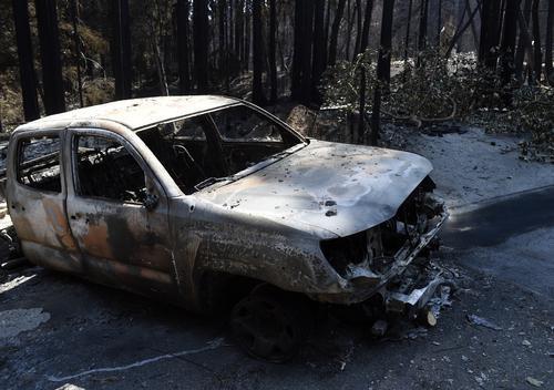 ▲这是8月29日在美国加利福尼亚州拍摄的山火过后的汽车残骸。|新华社发