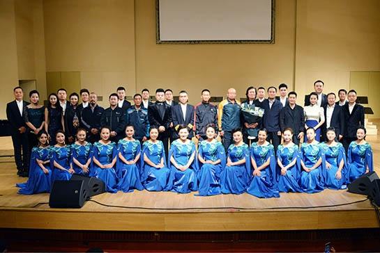 """中央民族乐团为""""最美快递员""""举办公益演出"""