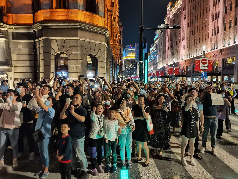 国庆前夜,外滩已迎来近9万游客!大客流未至,这些安保力量仍严阵以待