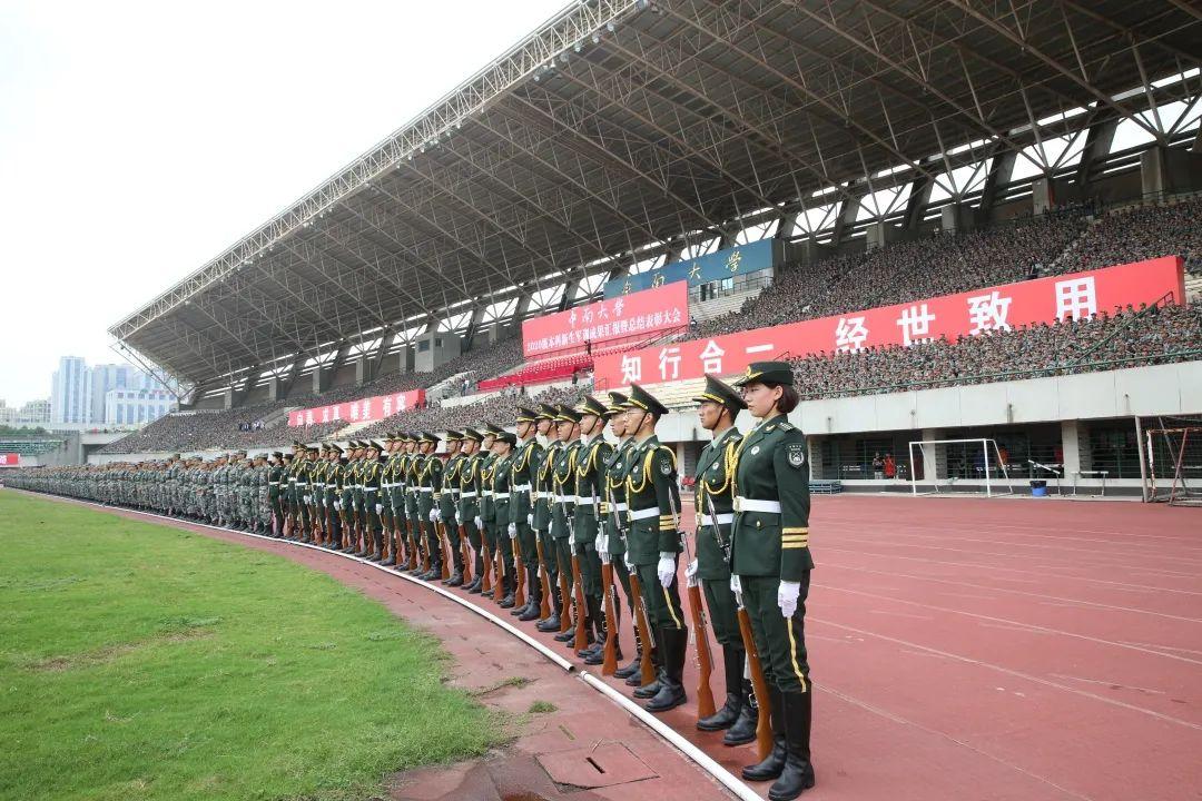 绿茵场上秋点兵 八千中南学子汇报军训成果
