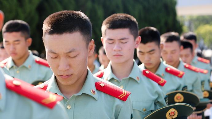 烈士纪念日,上海武警战士敬献花篮缅怀革命先烈图片