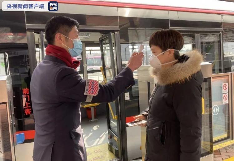 加强秋冬季防疫 上海要求即日起乘坐公交车一律佩戴口罩图片