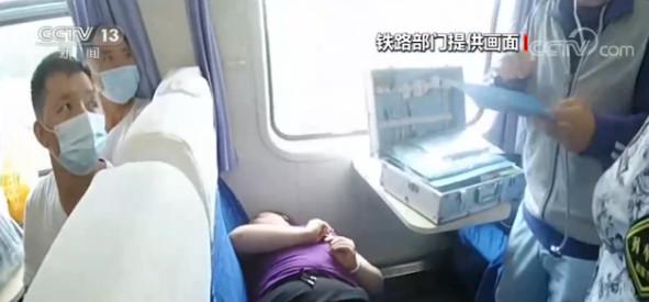旅客列车上突发疾病 众人紧急救助图片