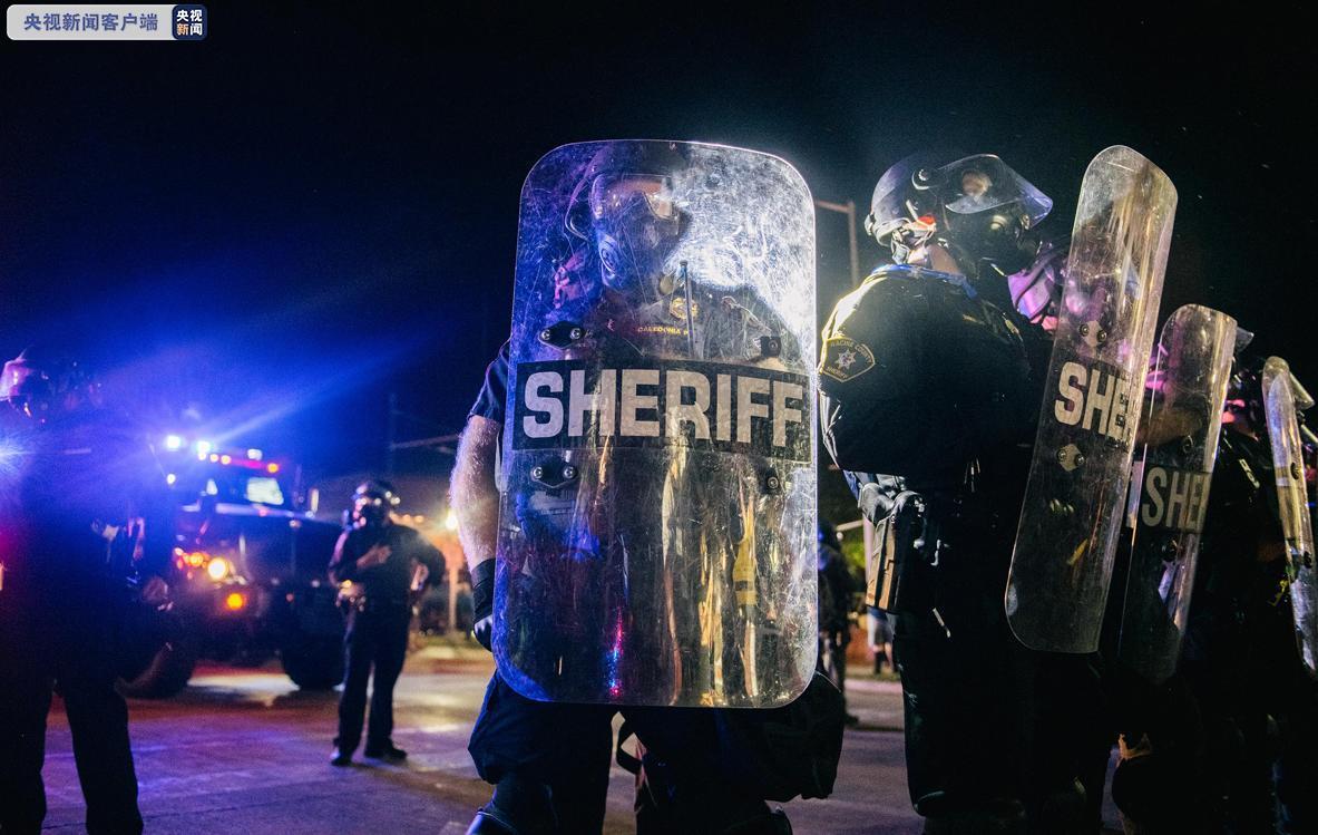 美警方在基诺沙逮捕200余名示威者 近半数来自外地