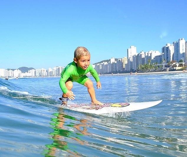 巴西4岁小男孩冲浪技术娴熟 2岁时已学会独自站立