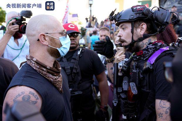 美国肯塔基州发生两派示威者对峙事件