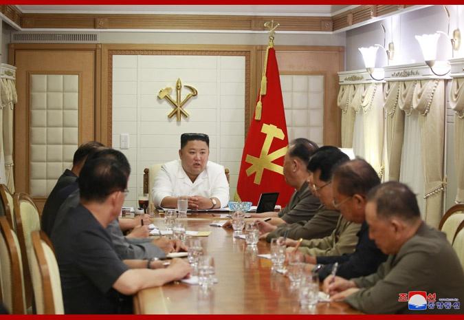 台风致朝鲜1000多户房屋被毁 金正恩实地考察灾区