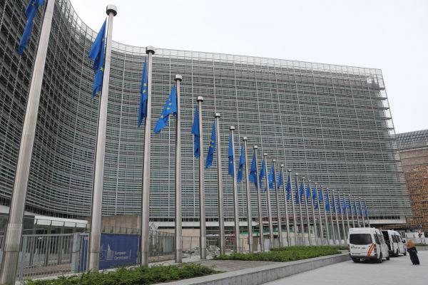 2020年7月19日,一名女子经过比利时布鲁塞尔的欧盟委员会总部大厦(图片来源:彩色通稿)