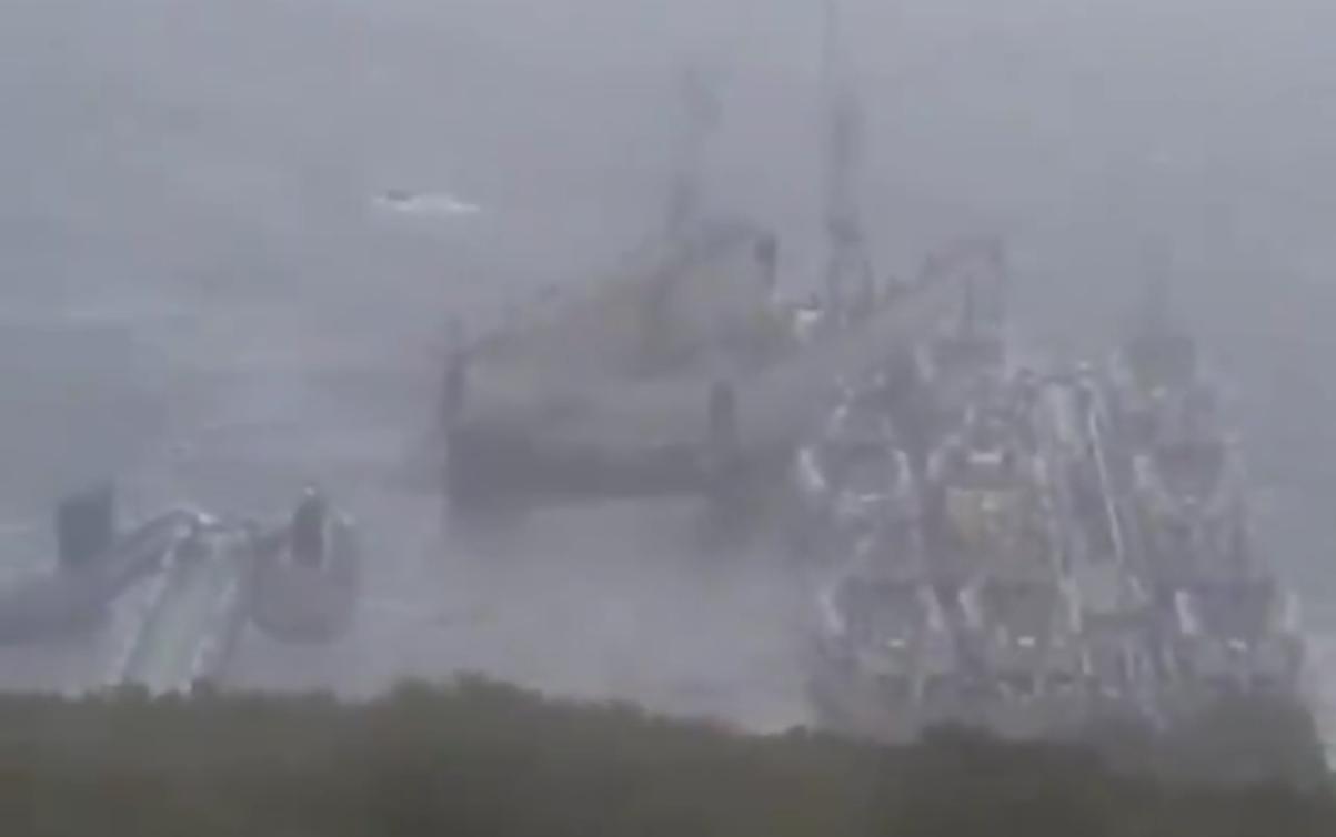 浮船坞被吹跑后撞上潜艇和导弹艇