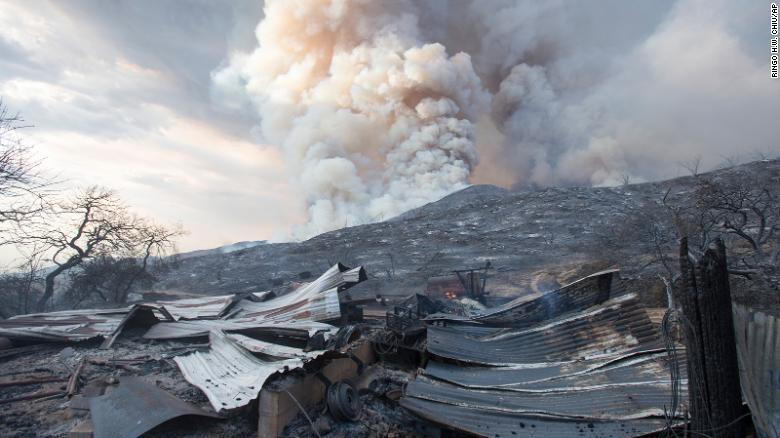 图为受加州大火影响的建筑。(图:美联社)