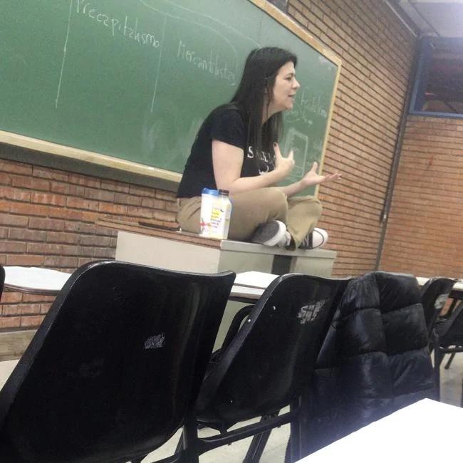 上课时的西蒙娜 图片来源:社交媒体