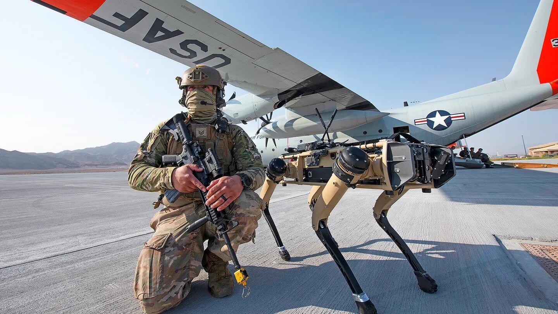 科幻电影画面成真:美军士兵带着机器狗巡逻保卫机场