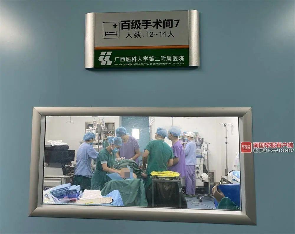 ▲肺移植手术正在举行。