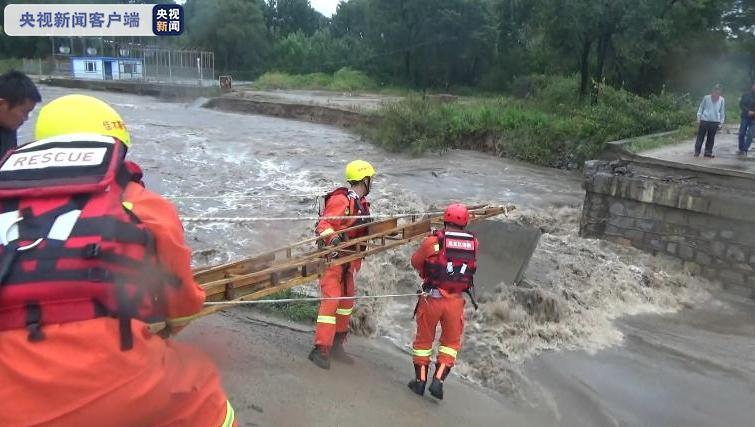 公路桥被冲塌6人受困 消防指战员急行百里冒雨施救