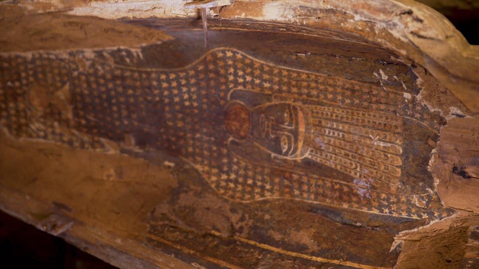 埃及考古队挖掘出2500年前的木棺 出土时完全密封