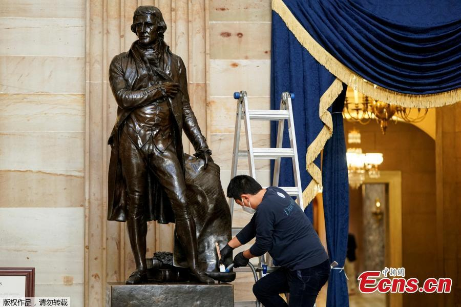 <p>Architect of the Capitol cleans dust from the statue of Thomas Jefferson in the Capitol Rotunda in Washington, U.S., Jan. 12, 2021. (Photo/Agencies)</p>