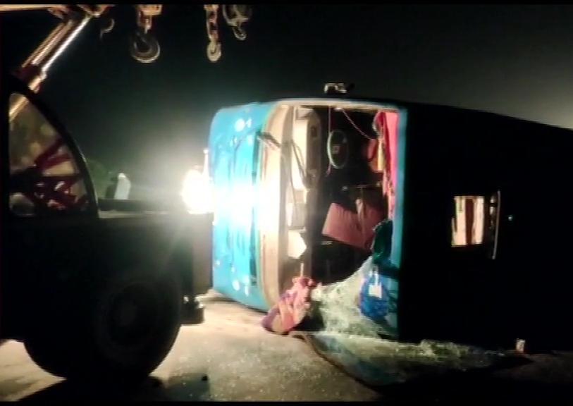 印度一公交车高速路发生翻车事故 致21人受伤
