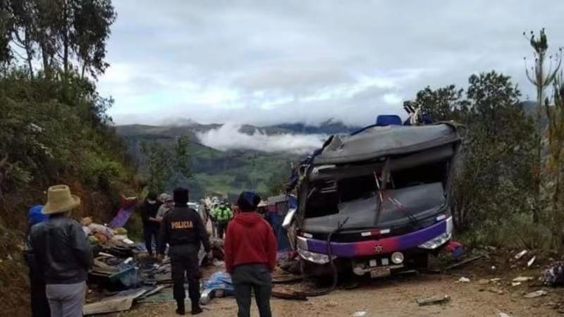 秘鲁一长途客车发生翻车事故 造成至少20死14伤