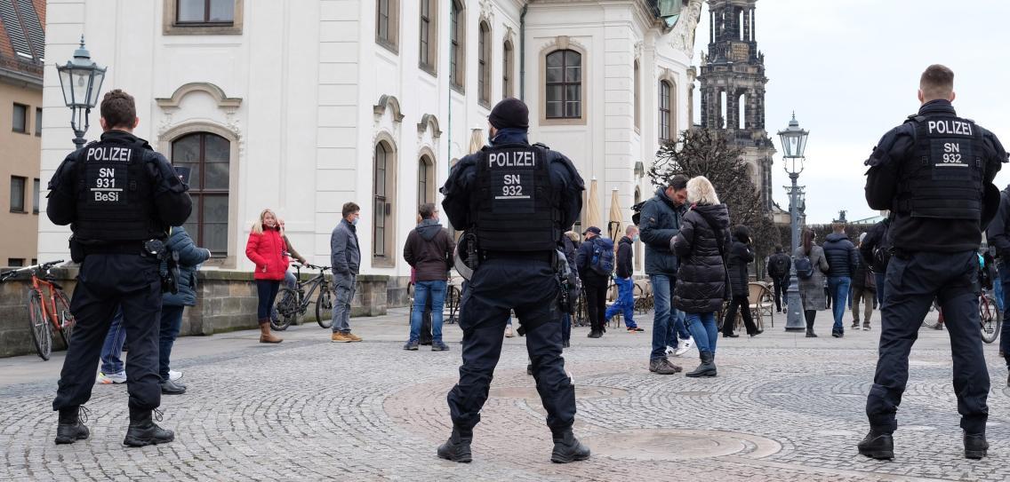 德国疫情持续严峻 多地示威者无视禁令上街抗议