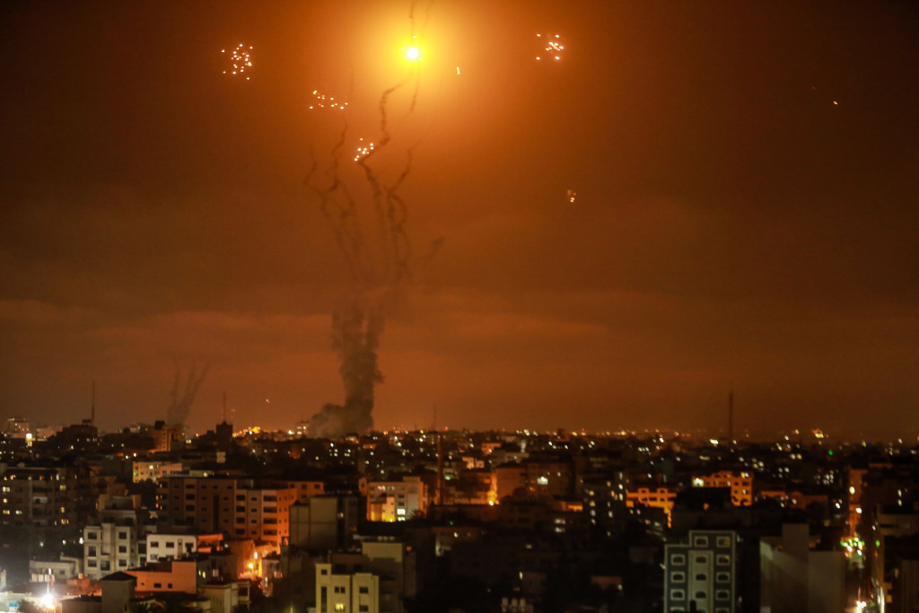 以色列轰炸加沙地带 巴勒斯坦连夜发射火箭弹反击