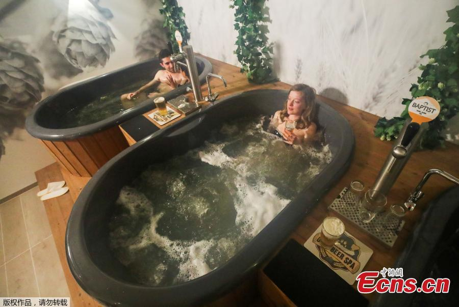 <p>Belgian yoga teacher Dorien Dierckx, 29 from Brussels enjoys a beer while relaxing in a jacuzzi full of hot water and a mixture of ingredients used to make beer, and where customers can serve their own beer from the tap at the Good Beer Spa in Brussels, Belgium May 12, 2021.(Photo/Agencies)</p>