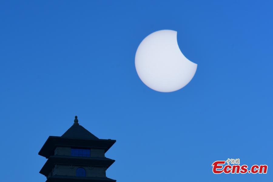 <p>A partial solar eclipse appears in the sky over Korla City, Bayingolin Mongol Autonomous Prefecture, Xinjiang Uygur Autonomous Region, June 10, 2021. (Photo: China News Service/Xue Bin)</p>