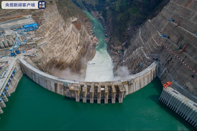 金沙江白鹤滩水电站首批机组正式投产发电