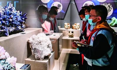 小学生们在内蒙古自然博物馆内参加研学活动。丁根厚摄/光明图片
