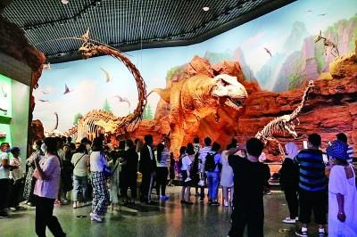 观众在云南澄江化石地自然博物馆内参观。张文辉摄/光明图片