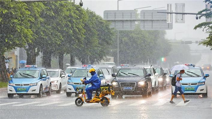 20日中午12时许,深圳福田区经历强降雨过程,天空阴暗,不少车辆开启车灯照明。深圳晚报记者 张焱焱 摄