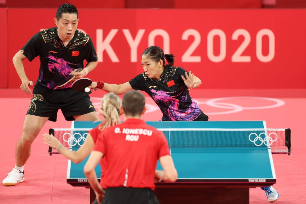 7月25日,中国队选手许昕(左上)/刘诗雯(右上)在竞赛中。新华社记者郑焕松摄