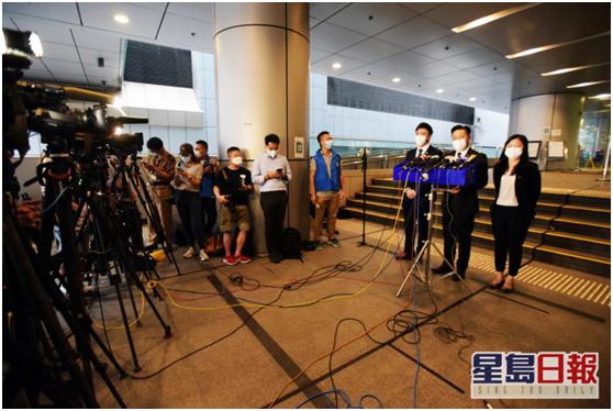 港媒:涉嫌网上散播针对传媒机构及商户言论,香港2男子被捕图片